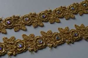 rhinestons on venise lace (640x424)